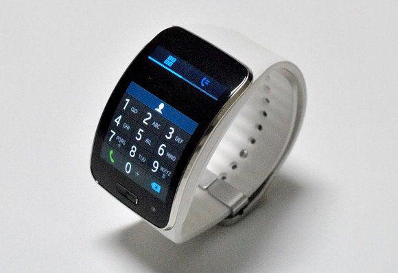 Часы хорошо выглядят и имеют уникальную функциональность, в частности встроенную камеру приличного качества.