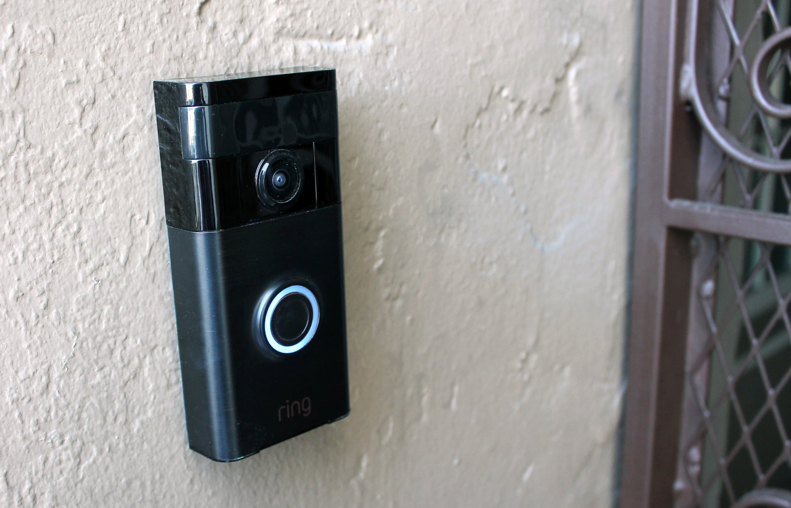 ring video doorbell review this gadget makes crooks think you 39 re home. Black Bedroom Furniture Sets. Home Design Ideas